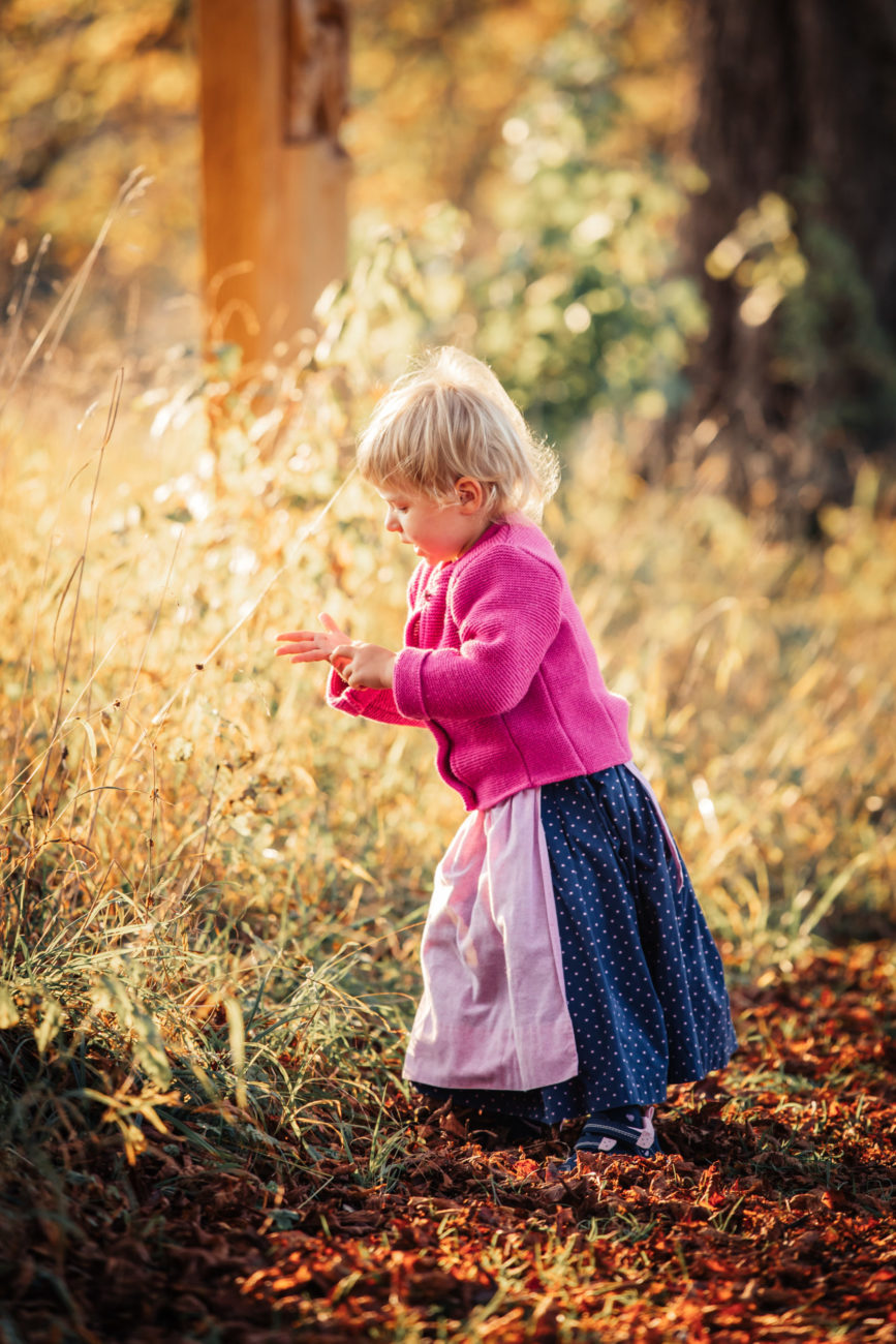 Stefanie Fleischmann Fotografie Kind spielt im Herbst