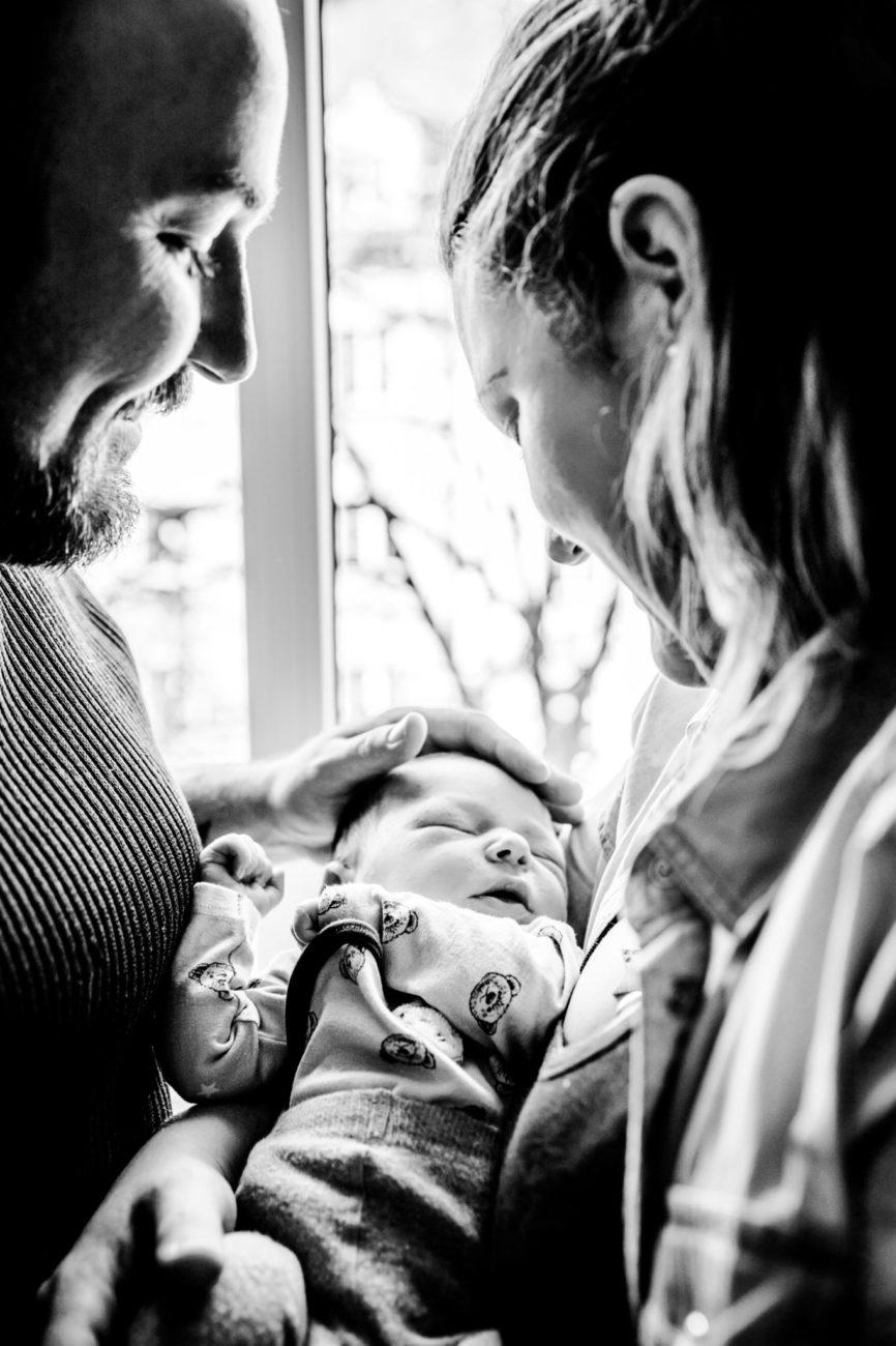 Stefanie Fleischmann Babyfotograf München schwarz weiß